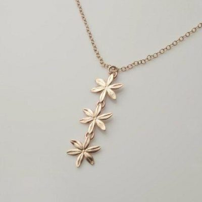 Mairead deBlaca Cover me in daisies three flower necklace in solid gold