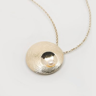 Martina Hamilton OYSTER PEARL 9 CARAT SOLID GOLD PENDANT WITH CULTURED PEARL.